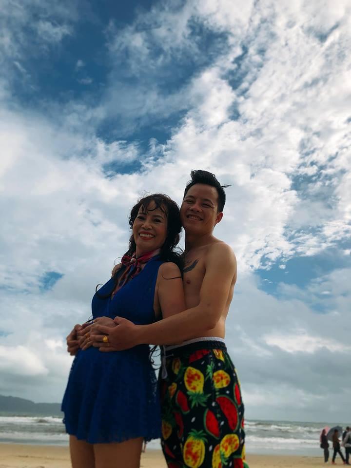 Chả ngại hôn công khai còn khoe ảnh ôm ấp tắm biển, dân mạng ngán tận cổ với cô dâu 61 tuổi: Bình yên hưởng hạnh phúc đi-3