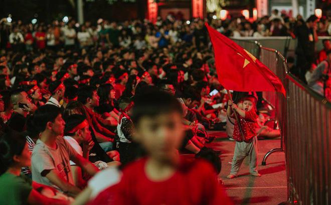 Em bé dẫn đầu đám đông phất cờ đỏ sao vàng xem Việt Nam đá, hình ảnh yêu nhất ngày Chủ Nhật-1
