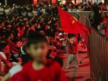 Em bé dẫn đầu đám đông phất cờ đỏ sao vàng xem Việt Nam đá, hình ảnh yêu nhất ngày Chủ Nhật