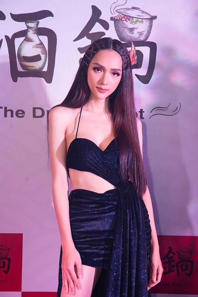 Hoa hậu Hương Giang diện váy cắt xẻ táo bạo nhưng fan lại bức xúc vì một điều khác-3