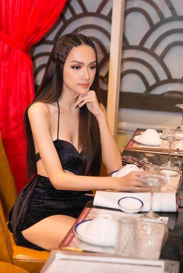 Hoa hậu Hương Giang diện váy cắt xẻ táo bạo nhưng fan lại bức xúc vì một điều khác-4