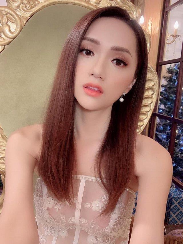 Hoa hậu Hương Giang diện váy cắt xẻ táo bạo nhưng fan lại bức xúc vì một điều khác-5