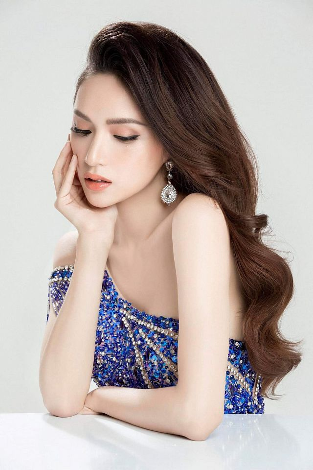Hoa hậu Hương Giang diện váy cắt xẻ táo bạo nhưng fan lại bức xúc vì một điều khác-7