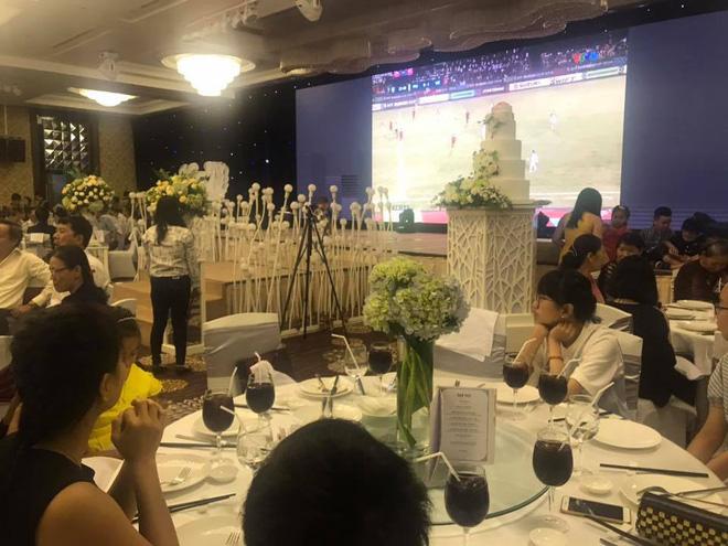 Đám cưới bá đạo, cô dâu chú rể bật bóng đá cùng quan khách cổ vũ hết mình cho đội tuyển Việt Nam-1