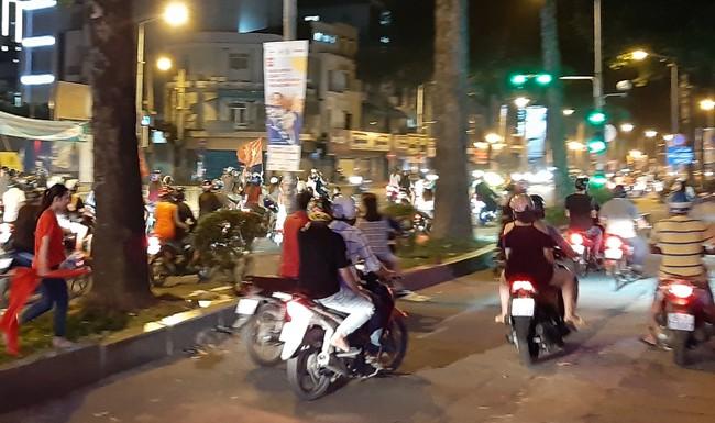 Trắng đêm chặn bão sau trận thắng của đội tuyển Việt Nam trước Philippines-2