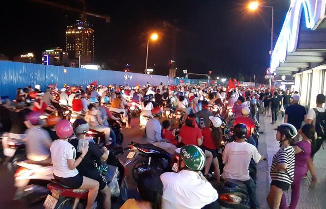 Trắng đêm chặn bão sau trận thắng của đội tuyển Việt Nam trước Philippines-3