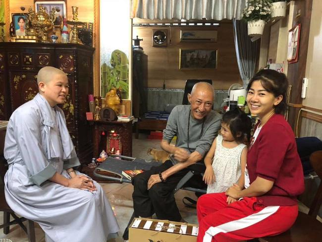Đang phải chịu các tác dụng phụ của thuốc, Mai Phương vẫn dẫn con gái đến thăm nghệ sĩ Lê Bình-1