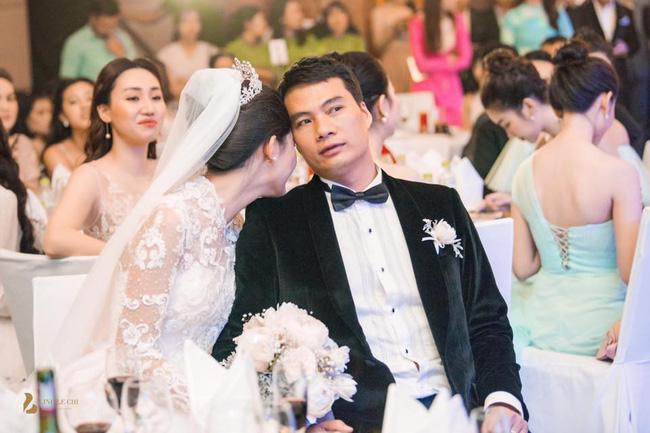 Chùm ảnh vừa tiết lộ: Á hậu Thanh Tú nũng nịu, tựa đầu đầy tình cảm vào vai chồng đại gia hơn 16 tuổi-1