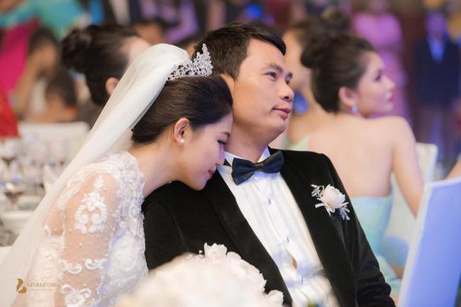 Chùm ảnh vừa tiết lộ: Á hậu Thanh Tú nũng nịu, tựa đầu đầy tình cảm vào vai chồng đại gia hơn 16 tuổi-5