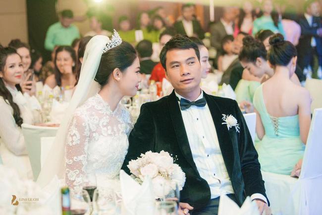 Chùm ảnh vừa tiết lộ: Á hậu Thanh Tú nũng nịu, tựa đầu đầy tình cảm vào vai chồng đại gia hơn 16 tuổi-6