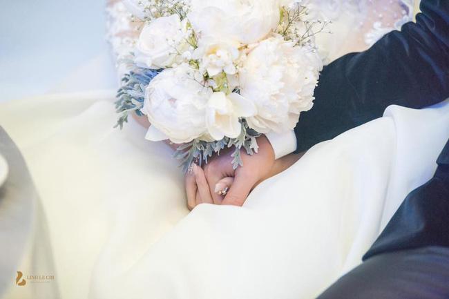 Chùm ảnh vừa tiết lộ: Á hậu Thanh Tú nũng nịu, tựa đầu đầy tình cảm vào vai chồng đại gia hơn 16 tuổi-9