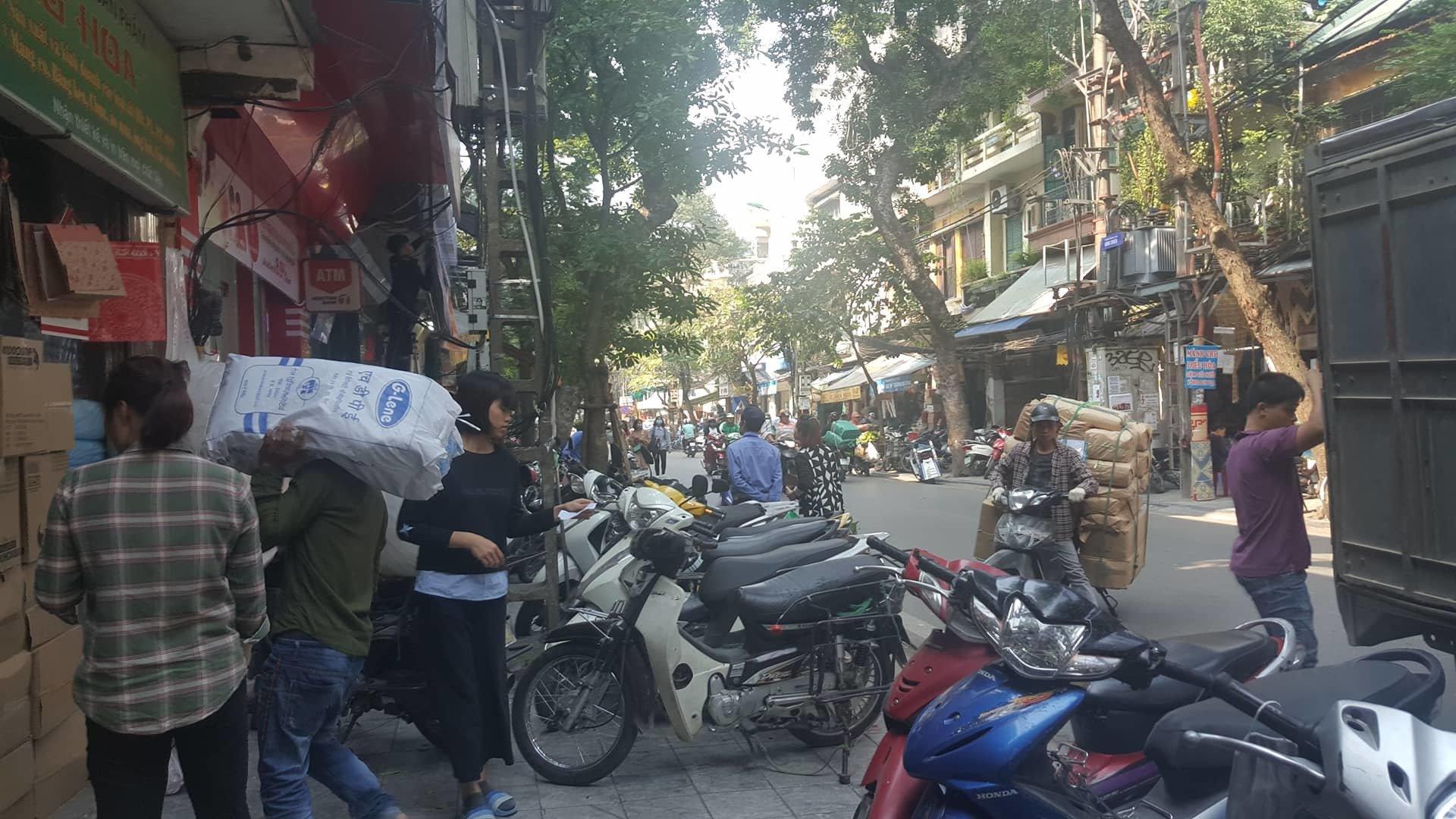 Giao dịch ngầm tại chợ 'sung sướng' ở phố cổ Hà Nội-1