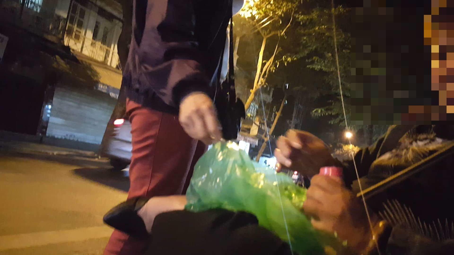 Giao dịch ngầm tại chợ 'sung sướng' ở phố cổ Hà Nội-2