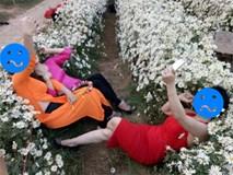 Chán tạo dáng e ấp bên cúc hoạ mi, 3 chị gái rủ nhau nằm hẳn lên luống hoa chụp ảnh