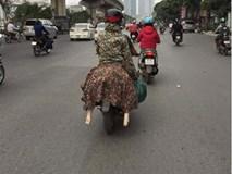 Chị gái ninja ngồi sau xe máy tưởng bình thường nhưng cặp chân bí ẩn thò ra 2 bên mới khiến người đi đường choáng