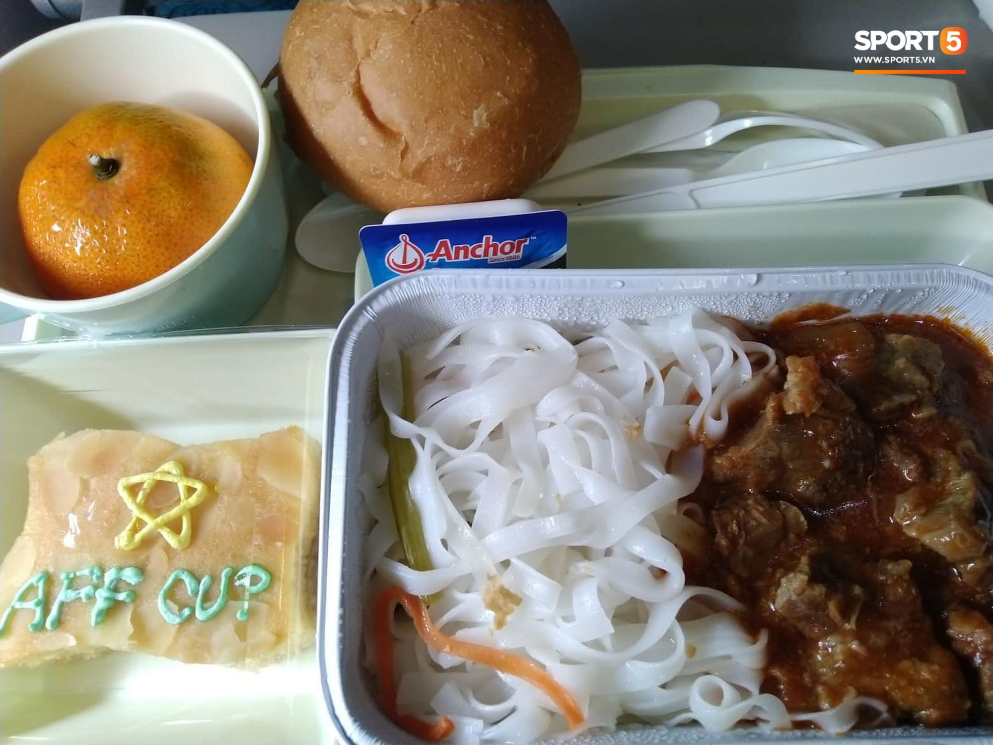 Món ăn khiến đội tuyển Việt Nam bất ngờ trên máy bay từ Philippines về Hà Nội-1