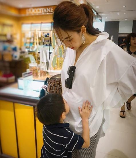 Để con tè bậy lên chân người khác nơi công cộng, bà mẹ trẻ thản nhiên: Trẻ con không biết gì!-3