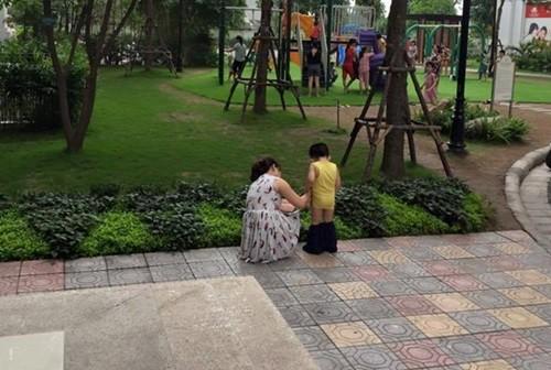 Để con tè bậy lên chân người khác nơi công cộng, bà mẹ trẻ thản nhiên: Trẻ con không biết gì!-7