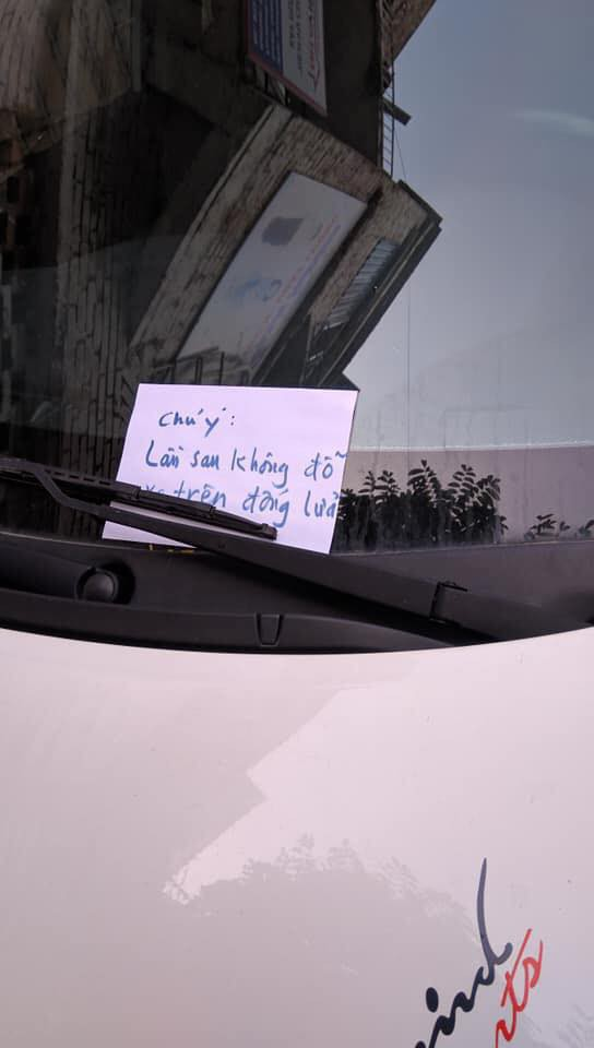 Đỗ xe ô tô trên đống than hồng rồi bỏ đi, tài xế may mắn được người dân dùng nước dập hộ-1