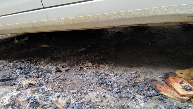 Đỗ xe ô tô trên đống than hồng rồi bỏ đi, tài xế may mắn được người dân dùng nước dập hộ-3