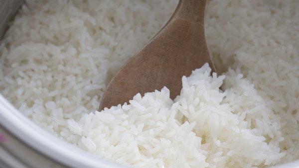 Nếu cứ làm những việc này khi nấu, cơm sẽ vừa mất chất lại gây hại cả nhà-5