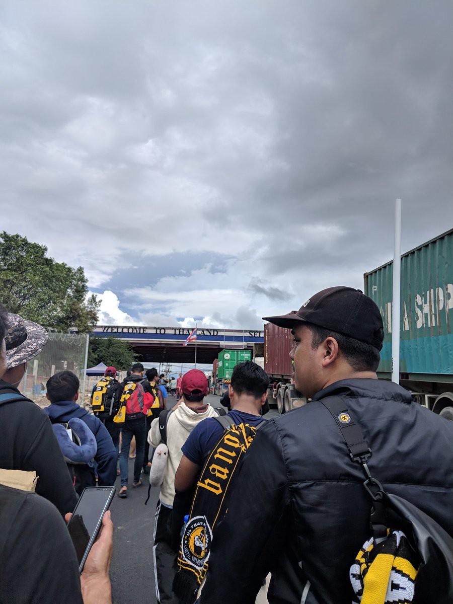 Cổ động viên Malaysia đi xe bus trong 24 tiếng để cổ vũ đội nhà tại bán kết AFF Cup 2018-3