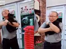Clip HLV Park Hang Seo vui vẻ ôm lấy chú cún nhỏ đang mừng rỡ rối rít khiến dân mạng sốt rần rần