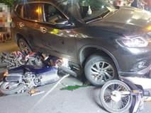 """Ô tô """"điên"""" tông hàng loạt xe máy, cuốn 1 trẻ em và 3 người lớn vào gầm"""