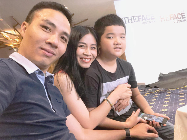 Chồng sắp cưới rất yêu thương con riêng của Hoàng Linh, còn nữ MC đối xử với con riêng của Mạnh Hùng như thế nào?-7