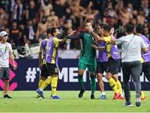 Hành động cực ngầu, tỉnh táo và quân tử của thủ môn Thái Lan trước màn trêu chọc thô thiển của cầu thủ Malaysia ngay trên sân