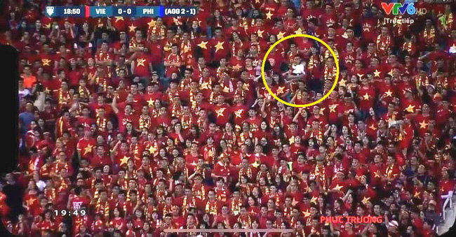 Hài hước hình ảnh ông bố vừa xem bóng, vừa trông con xuất hiện trên khán đài sân Mỹ Đình-1