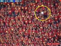 Hài hước hình ảnh ông bố vừa xem bóng, vừa trông con xuất hiện trên khán đài sân Mỹ Đình