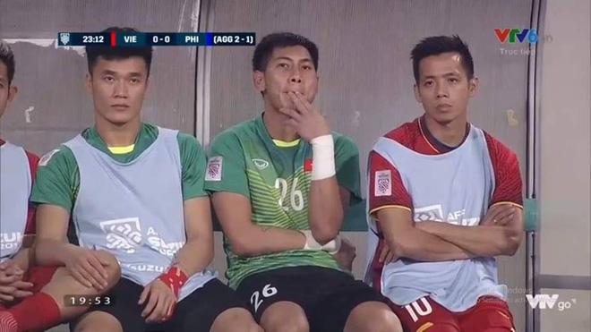 Vẻ mặt thẫn thờ của Công Phượng, Văn Quyết trên ghế dự bị được chia sẻ trong suốt trận đấu-2