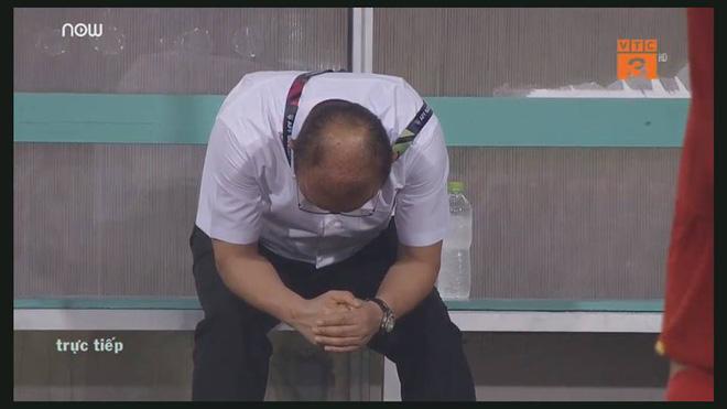 Vẻ mặt thẫn thờ của Công Phượng, Văn Quyết trên ghế dự bị được chia sẻ trong suốt trận đấu-3