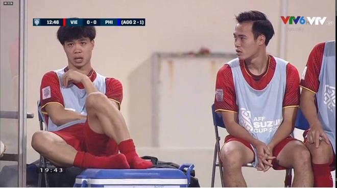 Vẻ mặt thẫn thờ của Công Phượng, Văn Quyết trên ghế dự bị được chia sẻ trong suốt trận đấu-1