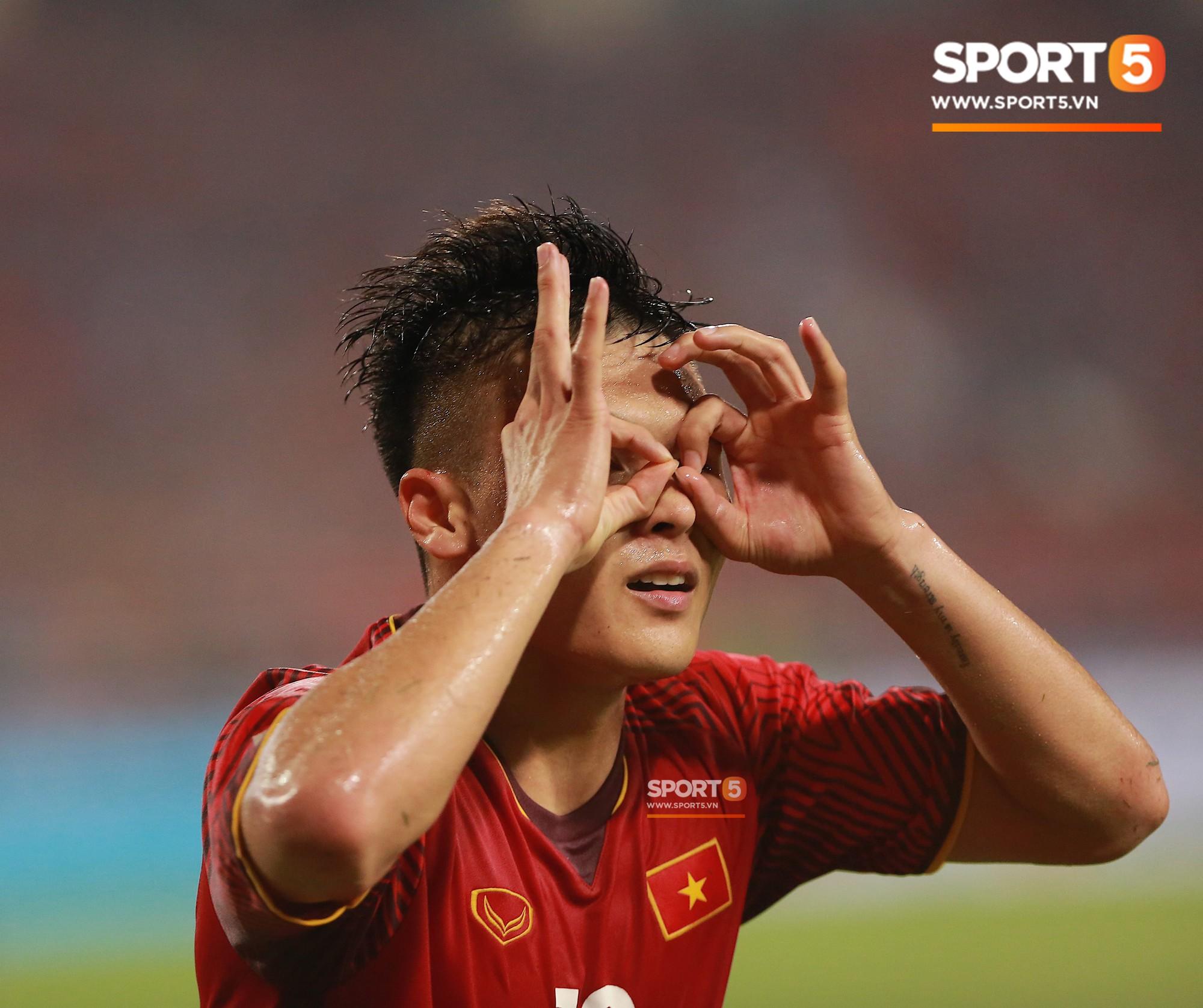 Thấy HLV Park Hang-seo đứng lặng một mình ở cabin sau chiến thắng trước Philippines, Quang Hải chạy tới ôm hôn, chia vui cùng thầy-2