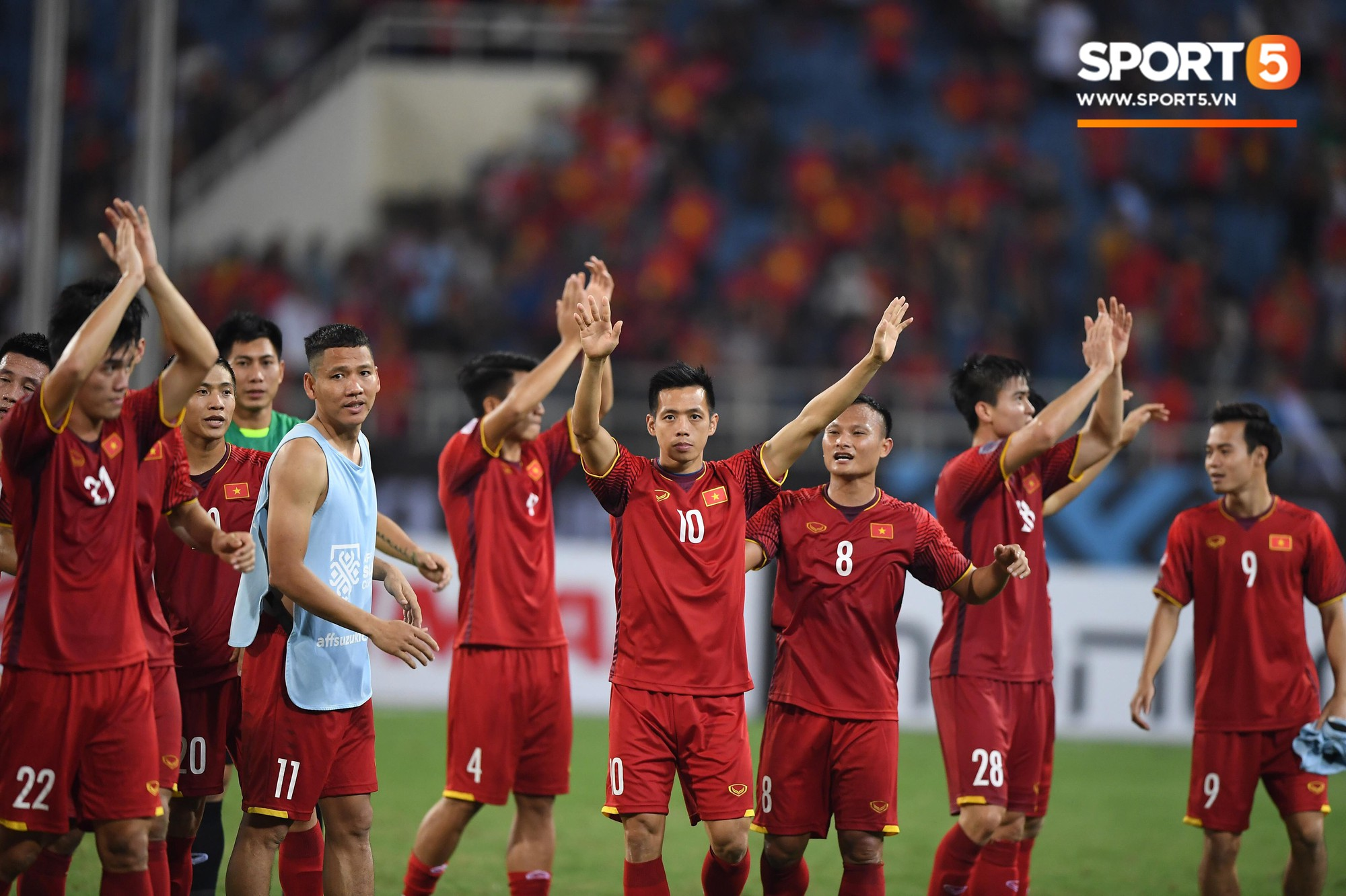 Thấy HLV Park Hang-seo đứng lặng một mình ở cabin sau chiến thắng trước Philippines, Quang Hải chạy tới ôm hôn, chia vui cùng thầy-7