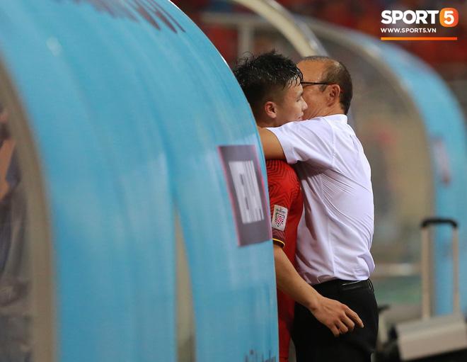 Thấy HLV Park Hang-seo đứng lặng một mình ở cabin sau chiến thắng trước Philippines, Quang Hải chạy tới ôm hôn, chia vui cùng thầy-5