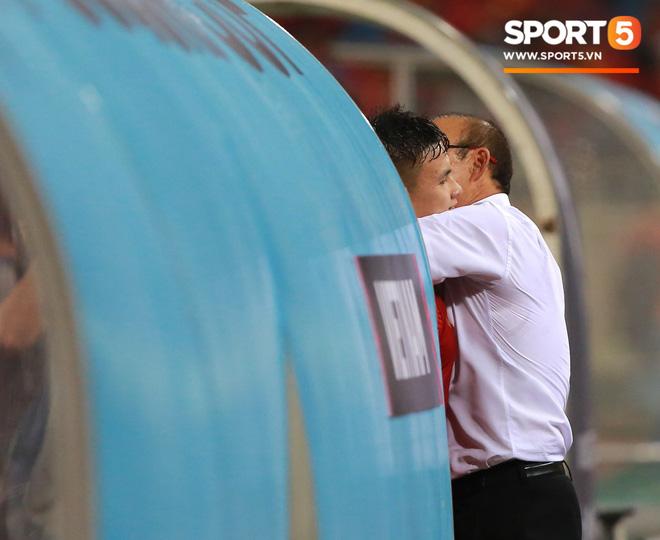 Thấy HLV Park Hang-seo đứng lặng một mình ở cabin sau chiến thắng trước Philippines, Quang Hải chạy tới ôm hôn, chia vui cùng thầy-4