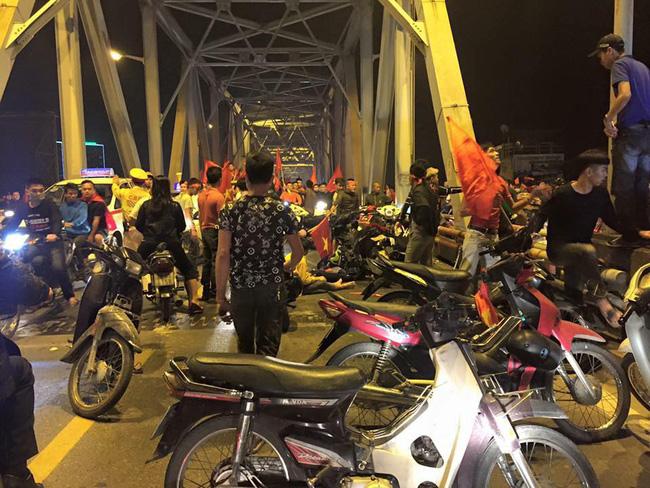 Tai nạn giao thông liên tiếp trong lúc CĐV xuống đường ăn mừng chiến thắng Việt Nam - Philippines-1