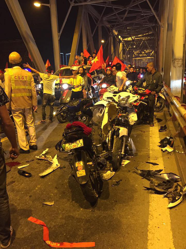 Tai nạn giao thông liên tiếp trong lúc CĐV xuống đường ăn mừng chiến thắng Việt Nam - Philippines-2