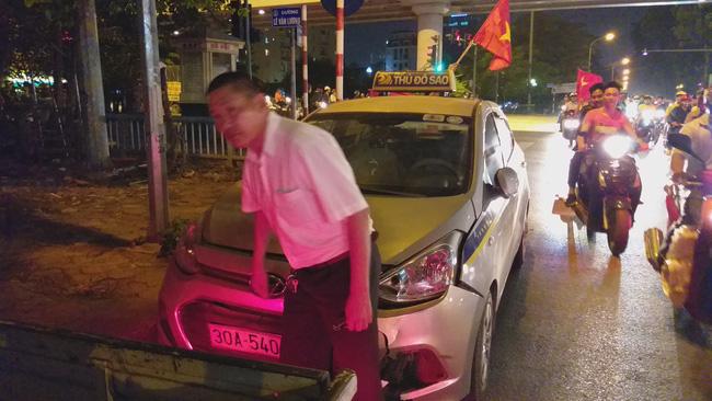 Tai nạn giao thông liên tiếp trong lúc CĐV xuống đường ăn mừng chiến thắng Việt Nam - Philippines-7