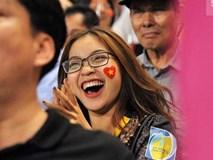 Bạn gái Quang Hải ăn mừng cực
