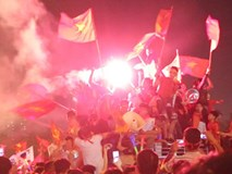 'Biển người' cả nước xuống đường mừng Việt Nam vào chung kết AFF Cup 2018