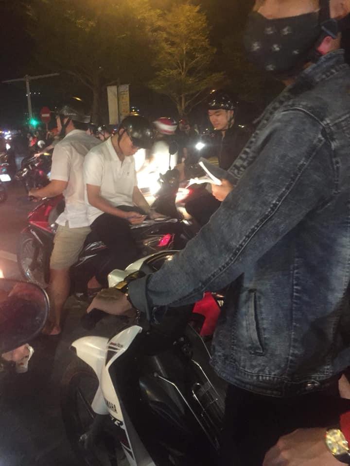 Màn ăn mừng gắt nhất đêm: Mai có tiết kiểm tra, các thanh niên vừa đi bão vừa học bài vừa hô vang Việt Nam vô địch-1
