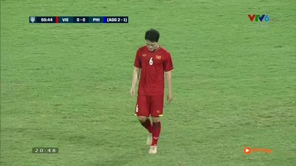 Trong khi các cầu thủ ăn mừng chiến thắng, có một người lặng lẽ cúi đầu bước đi-1