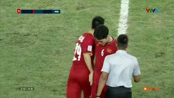 Trong khi các cầu thủ ăn mừng chiến thắng, có một người lặng lẽ cúi đầu bước đi-2