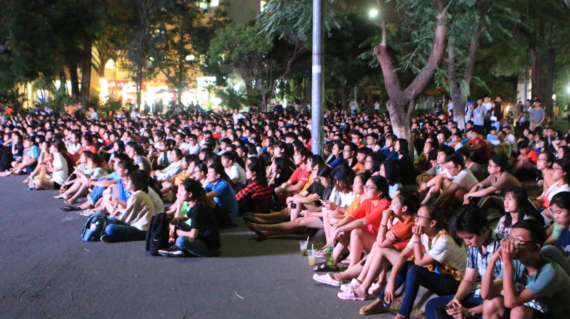 Màn ăn mừng gắt nhất đêm: Mai có tiết kiểm tra, các thanh niên vừa đi bão vừa học bài vừa hô vang Việt Nam vô địch-7
