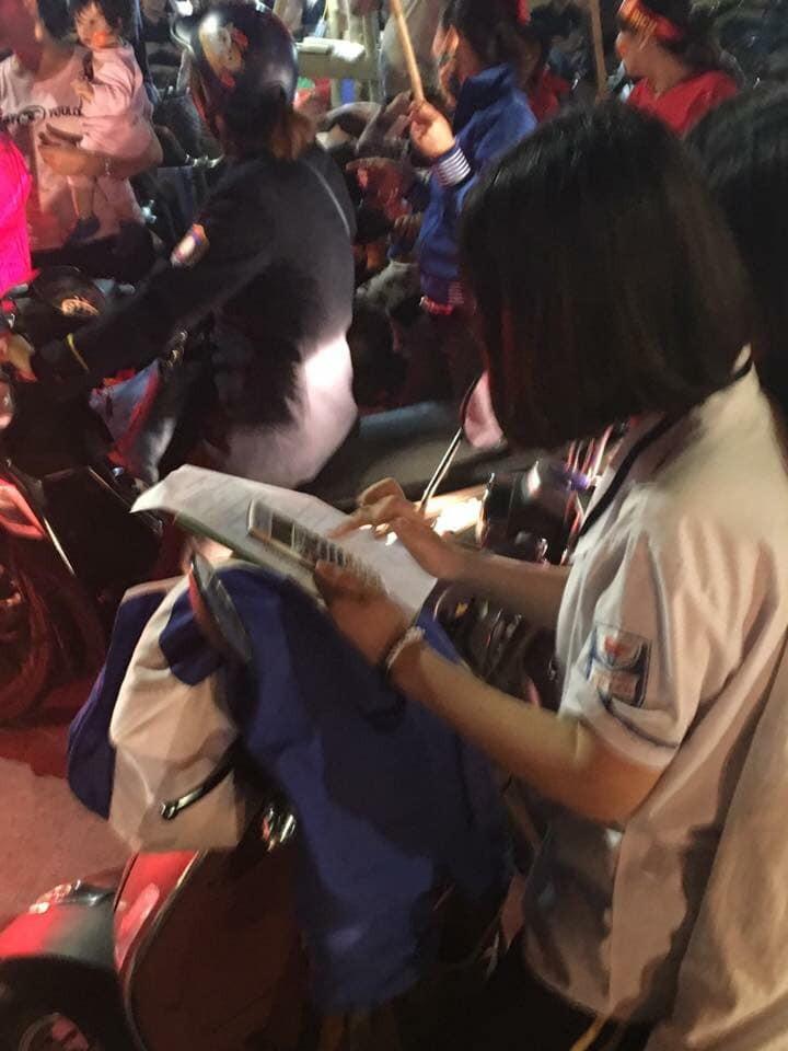 Màn ăn mừng gắt nhất đêm: Mai có tiết kiểm tra, các thanh niên vừa đi bão vừa học bài vừa hô vang Việt Nam vô địch-6