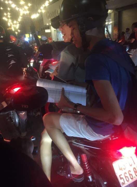 Màn ăn mừng gắt nhất đêm: Mai có tiết kiểm tra, các thanh niên vừa đi bão vừa học bài vừa hô vang Việt Nam vô địch-2